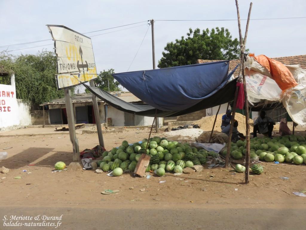 Marchands sur la route pour Ndangane