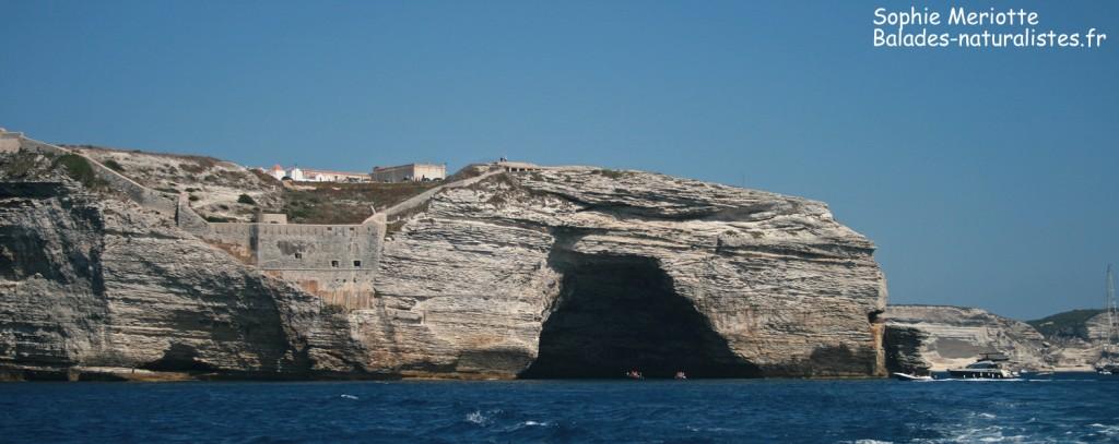 Grotte dans les falaises de Bonifacio