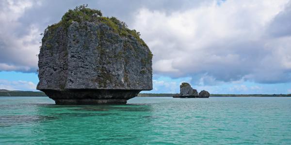 Pirogue sur la baie d'Upi, merveille de l'île des pins
